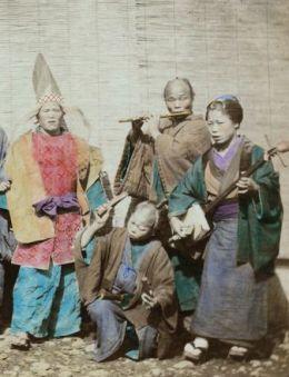 Autocromo dun grupo de músicos de rua en Xapón, 1890
