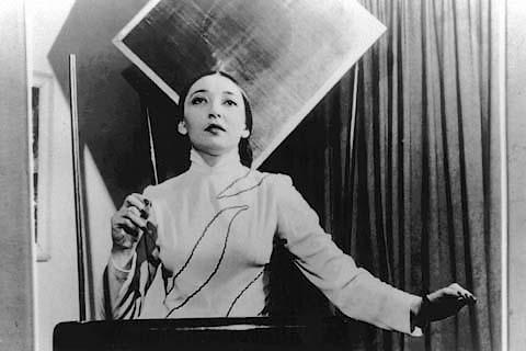 Clara Rockmore e o theremin (1945)